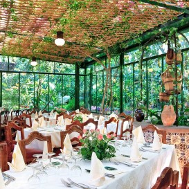 restaurant-surrouded-by-garden