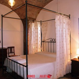 lovely-double-bedroom-with-canopy
