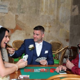bride-and-groom-playing-cards-sorrento